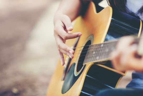 Jak nastroić gitarę online?
